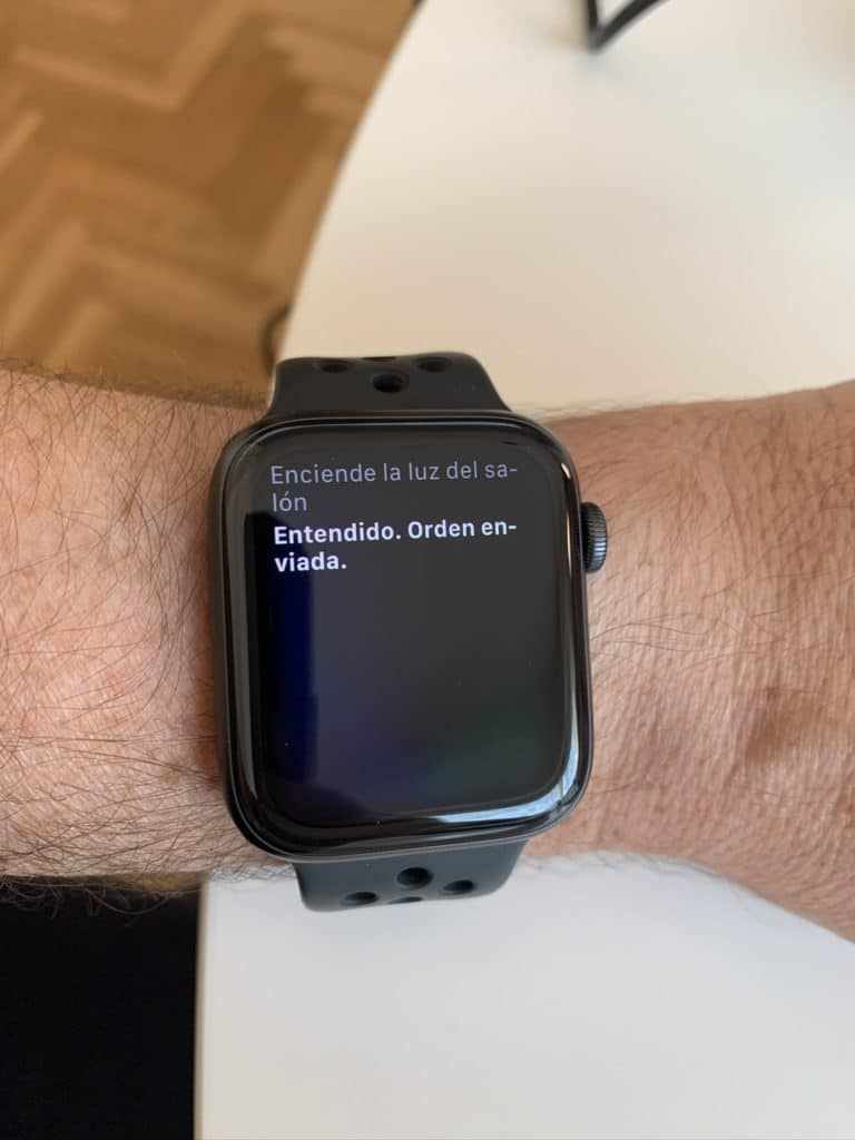 Siri en el Apple Watch encendiendo una luz compatible con HomeKit